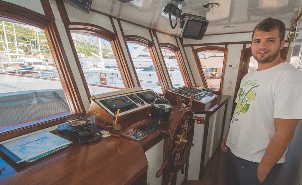 Капитан Дудже Младин на мосту адмирала (фото любезно предоставил семье Младиных)