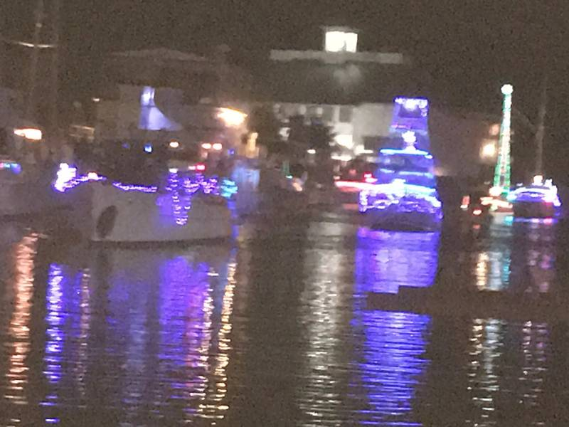 Лодки выстраиваются в очередь на Парад Уэст-Энда с Южным яхт-клубом, фоном. Жители Нового Орлеана. Фото Лизы Оверинг