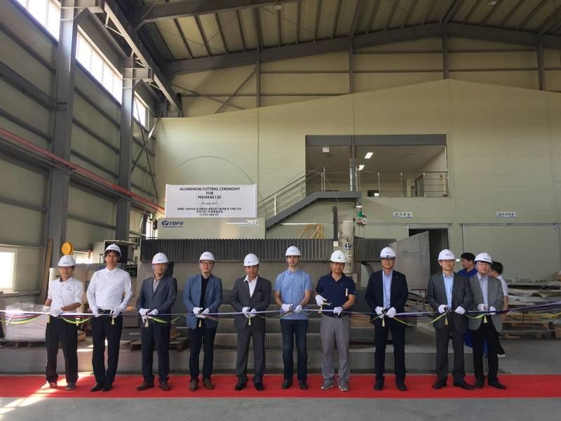 एलेक्स थिरिएट द्वारा प्रोजेक्ट फीनिक्स के लिए दक्षिण कोरिया में जीएचआई शिपयार्ड में एल्यूमीनियम काटने की रस्म।