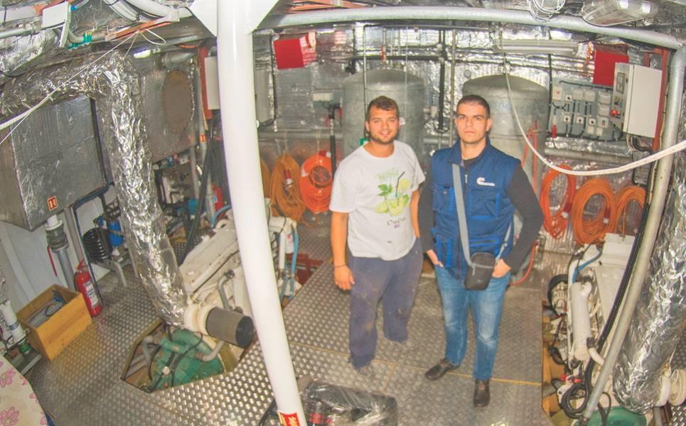 与Cummins亚得里亚海公司的Vlado Segvic一起上载Duje Mladin,搭载2017年制造的Aquamarine上的一对QSM11主发动机(Mladin家族提供的照片)