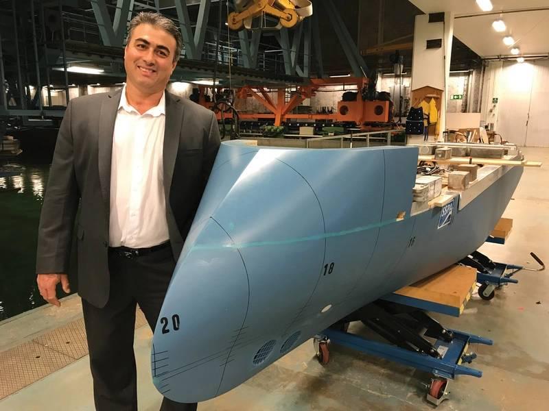 """""""......有史以来建造的最好的探险船...""""Nikolaos Doulis,新建筑高级副总裁,Lindblad Expeditions,以及坦克测试设施的国家地理耐力模型,运动着Ulstein的标志性""""XBox""""。照片:Lindblad Expeditions"""