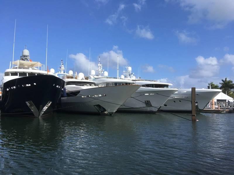 由Lisa Overing的棕榈滩小船展示。