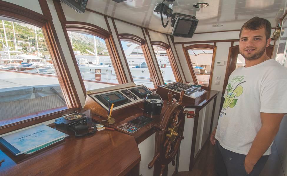 Capitão Duje Mladin na ponte do Almirante (Foto cortesia da família Mladin)