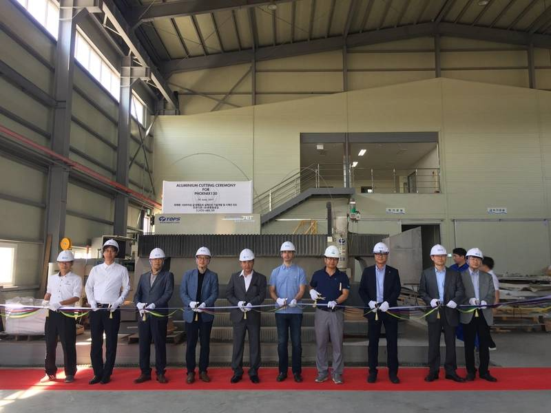 Cerimônia de corte de alumínio no estaleiro GHI na Coréia do Sul para o projeto Phoenix por Alex Thiriat.