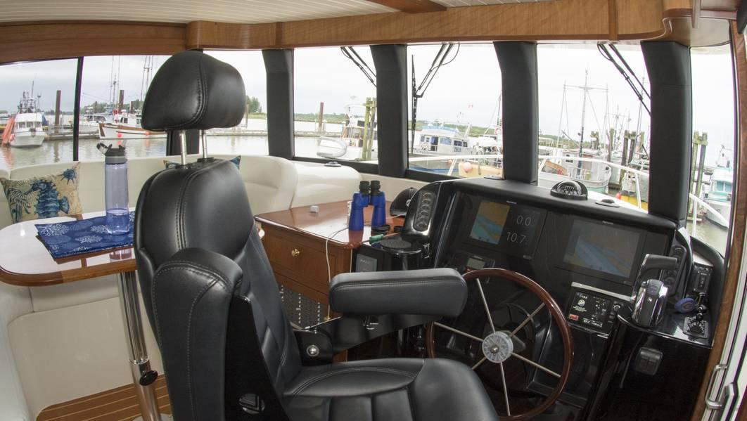 Das erhöhte Ruderhaus bietet eine beeindruckende Aussicht mit einer Lounge. Foto: Haig-Brown / Cummins
