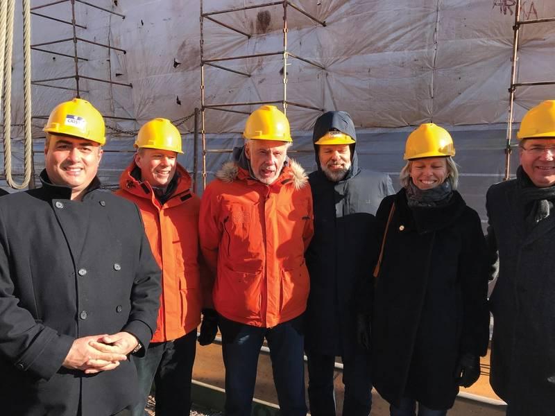 Doulis (à esquerda) e Sven Lindblad (terceiro à esquerda) na cerimônia de lançamento da quilha. Fotos: Expedições Lindblad