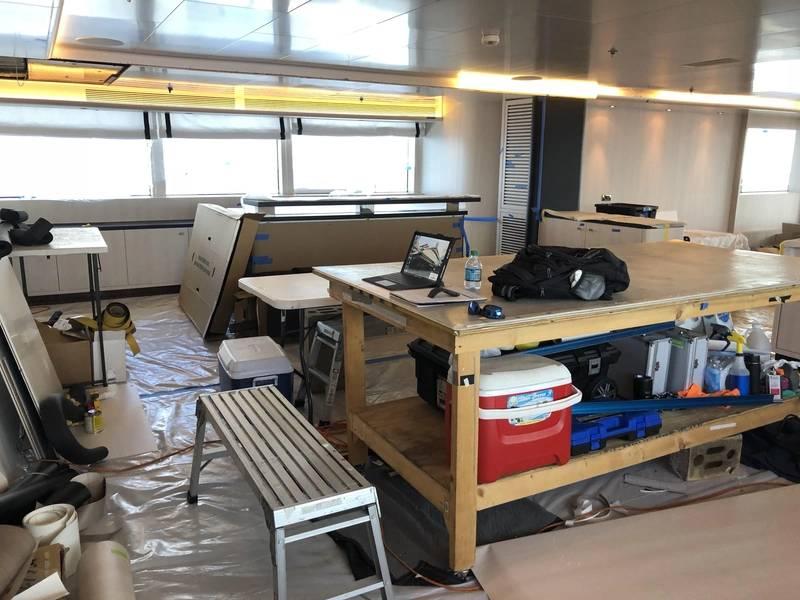 Estação de trabalho do envoltório do vinil. Fotos por Hill Robinson.