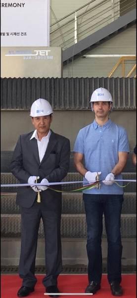 O Sr. BC Kim da GHI Shipyard com o designer de interiores Alexandre Thiriat. Foto cedida por Ian Ombres