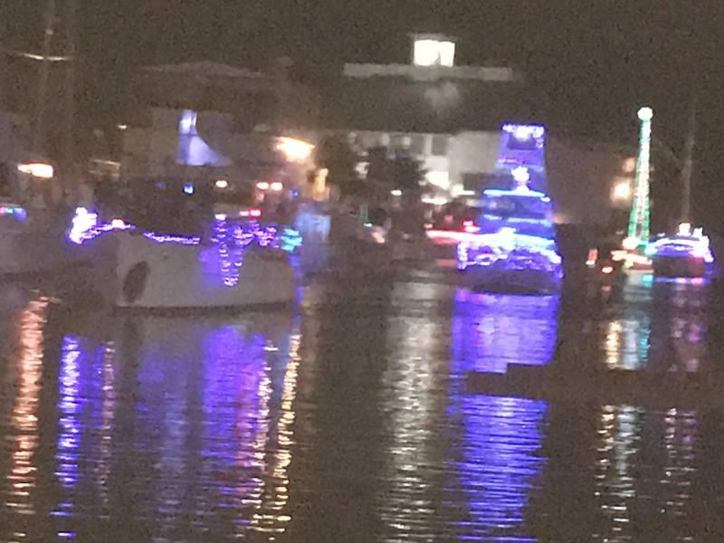 Los barcos se alinean para el West End Boat Parade con Southern Yacht Club, fondo. Nueva Orleans. Foto de Lisa Overing.