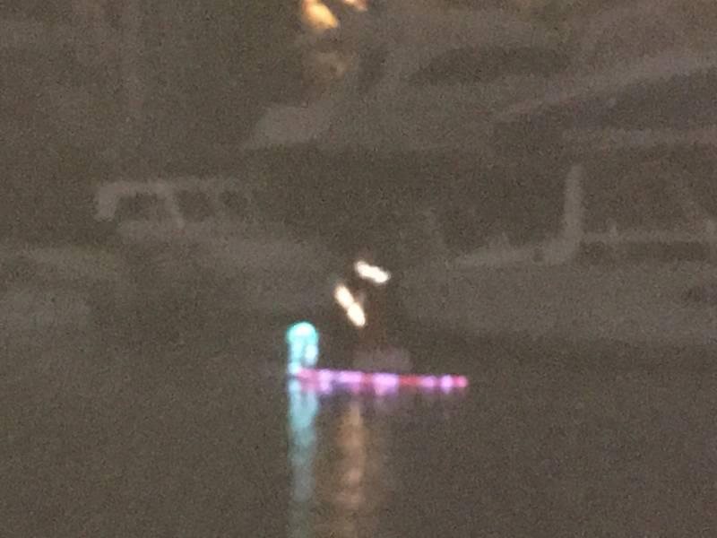 Papai Noel em uma prancha de remo. Parada do barco de West End, New Basin Canal. Nova Orleans. Foto de Lisa Overing