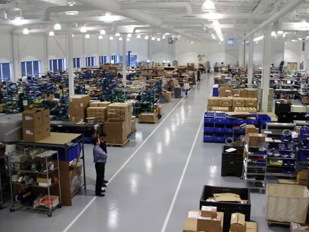 """Produktionsstätte: """"Wir sind der Meinung, dass es für uns sehr wichtig ist, das gesamte Ökosystem zu kontrollieren: Wir bauen das Produkt, wir schreiben die Software, wir betreiben das Netzwerk, wir verfügen über die Infrastruktur, wir führen die Tarifpläne und wir führen die Installationen durch… wir Kontrollieren Sie das Kundenerlebnis, das unseres Erachtens einzigartig für unser Angebot ist. """"Foto: KVH"""