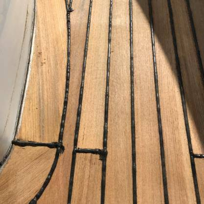 Recaulked柚木甲板。 Hill Robinson拍摄的照片。
