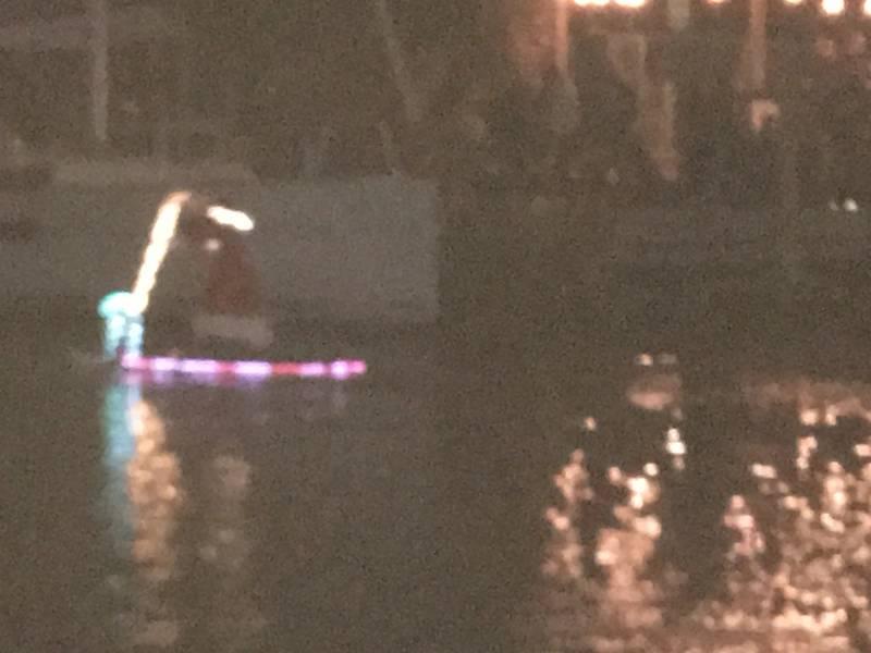 Santa en una tabla de paddle. West End Boat Parade, Canal Nueva Cuenca. Nueva Orleans. Foto de Lisa Overing.