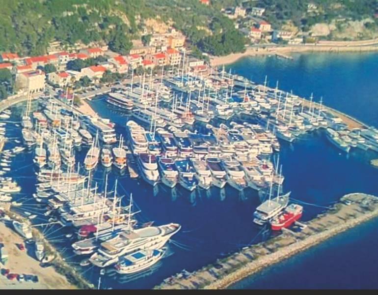 Uma visão aérea da frota da aldeia rafted em Krilo Jesenice (Foto cortesia da família Mladin)