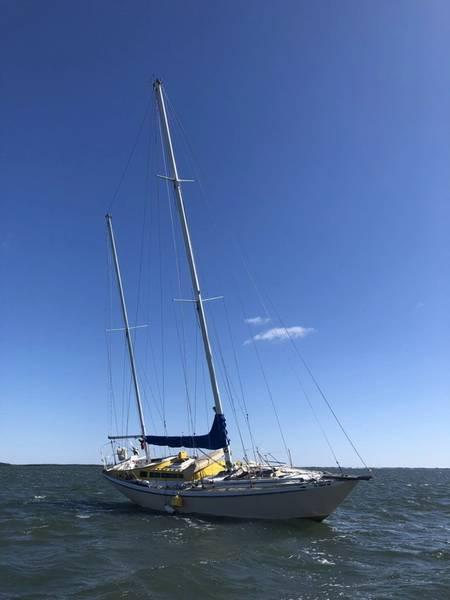 Um veleiro de 45 pés fica encalhado em Crystal River, segunda-feira, 16 de abril de 2018. Um boatcrew da Estação de Guarda Costeira Yankeetown resgatou Jack Baird, de 76 anos, do veleiro. (Foto da Guarda Costeira dos EUA)