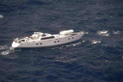 नौकायन नौका प्लैटिनो के जीवित दल को बचाने का इंतजार है (एनजेडीडीएफ © 2018)