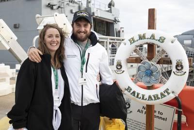 O competidor da Golden Globe Race em 2018, Gregor McGuckin, está reunido com a parceira Barbara O'Kelly a bordo do HMAS Ballarat, na Fleet Base East, Austrália Ocidental. (Foto: Richard Cordell / © Commonwealth da Austrália)