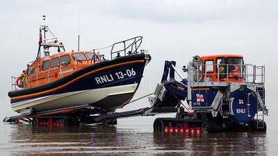 Em conjunto com a criação do novo barco salva-vidas classe Shannon, a RNLI também introduziu um novo trator de lançamento e recuperação, projetado em conjunto com a Supacat Ltd, especialista em veículos de alta mobilidade, especificamente para uso com o Shannon. Ele atua como uma rampa móvel. Na foto, o Hoylake, bote salva-vidas da classe Shannon do Reino Unido sendo recuperado do mar. (Foto: RNLI / Dave James)