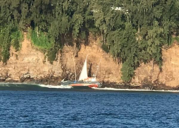 海岸警卫队对2020年2月4日在希洛Ale Ale'a Point停飞的中途岛一艘63英尺的机动船作出回应。星期一下午5:33,火奴鲁鲁地区的守望者收到希洛消防局的停飞报告。船上的水手在岩石上的船只。 (照片:美国海岸警卫队)