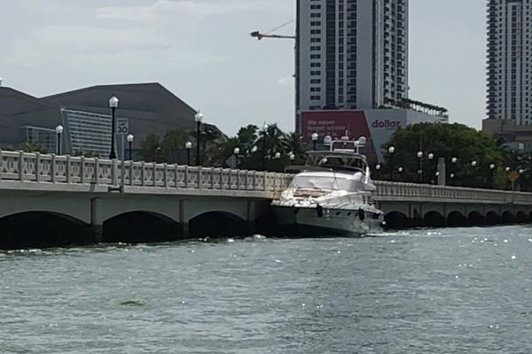 这艘65英尺长的游艇Zenith与2018年6月16日在迈阿密的威尼斯堤道大桥相连。在迈阿密33英尺海岸警卫队登上特殊用途工艺执法船员后,发现游艇有几个安全违法行为。 (海岸警卫队照片)
