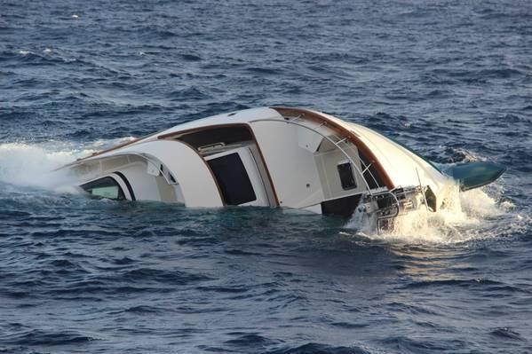 プエルトリコのアグアディラの北西約25海里の80フィートの沈むヨット、クラムチャウダーを放棄することを余儀なくされた後、米国沿岸警備隊のヘリコプタークルーは、2019年12月15日に救命いかだから4人を救助しました。 (米国沿岸警備隊の写真)
