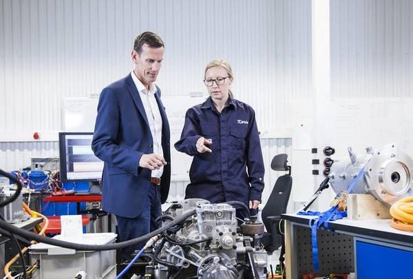 El director de tecnología de Volvo Penta, Johan Carlsson, y el ingeniero de sistemas, Karin Åkman, discuten la innovación para la movilidad eléctrica en el nuevo laboratorio de desarrollo y pruebas de la compañía en Gotemburgo. (Foto: Volvo Penta)