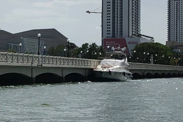 El yate de placer de 65 pies Zenith junto con el Venetian Causeway Bridge en Miami, el 16 de junio de 2018. Después de ser abordado por un guardacostas de 33 pies de Coast Guard Station Miami, se descubrió que el yate tenía varios sistemas de seguridad violaciones (Foto del guardacostas)